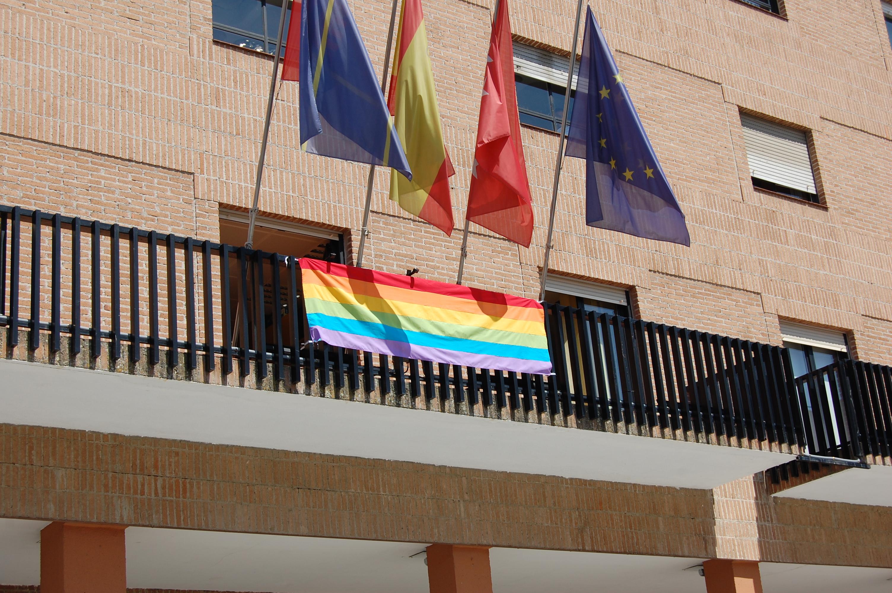 Bandera LGBT en el balcón del Ayuntamiento de Móstoles